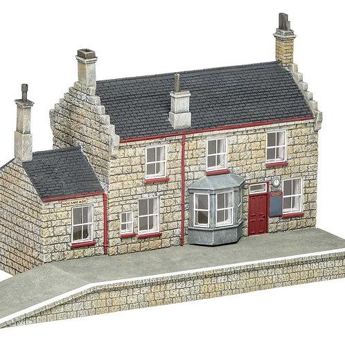 Hornby R7230 Hogsmeade station building - Harry Potter range