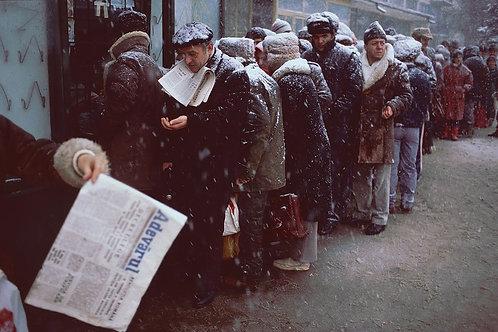 Bucarest, décembre 1989, file d'attente devant un magasin