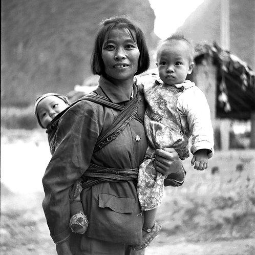 Femme aux deux enfants uniques, Xingping,  Chine 1988