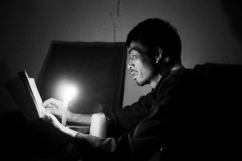 Paysan lisant à la bougie, Xingping, Chine, 1987