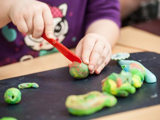 Brincadeiras sensoriais são importantes para desenvolvimento na infância