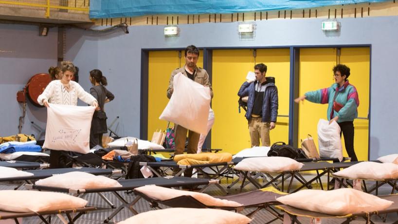 Arles, installation des lits de camp