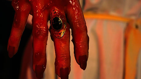 La main ensanglantée Khan Gourou.JPG
