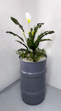 tynnyri kukka-asetelmalla