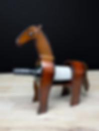 Viinipulloteline hevonen