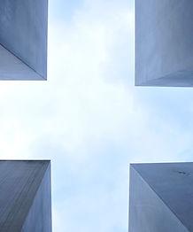 Quatro edifícios cinzentos