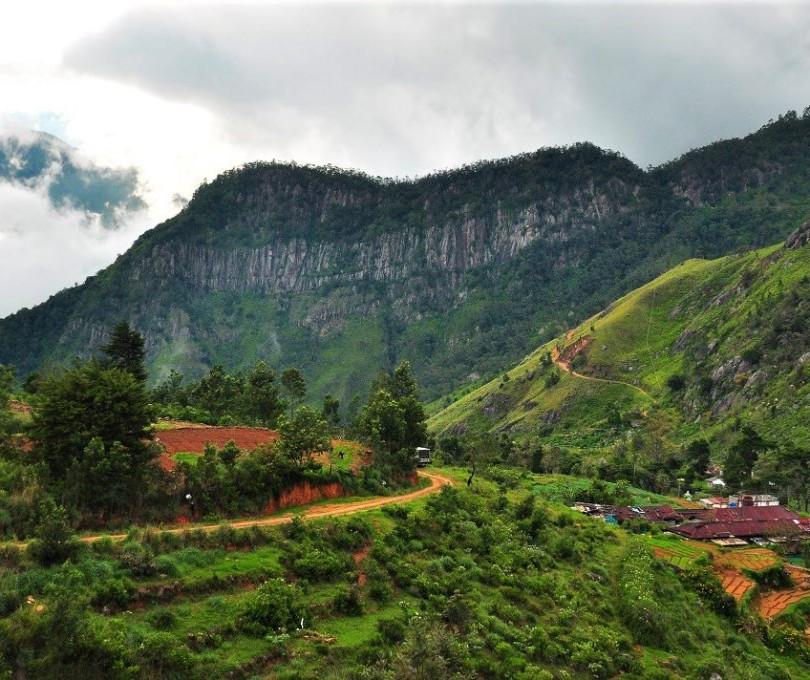 Hike Kirigalpoththa via Udaveriya Estate
