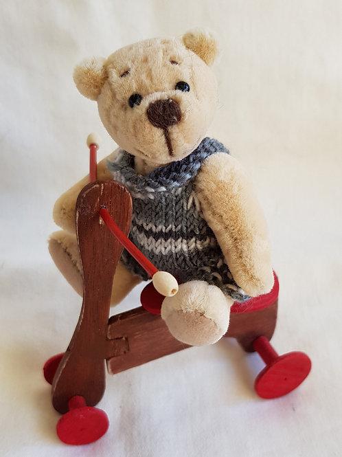 Miniatur- Künstlerbär *Hugo*, 9 cm mit Dreirad handgefertigt!!!