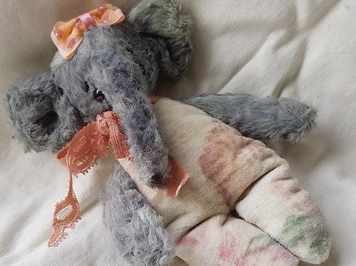 Niedlicher Künstlerelefant *Wendy*, 15 cm, ein kleiner Handschmeichler
