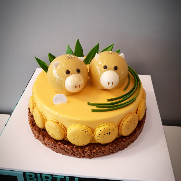 Mango Mousse cake with Pigs