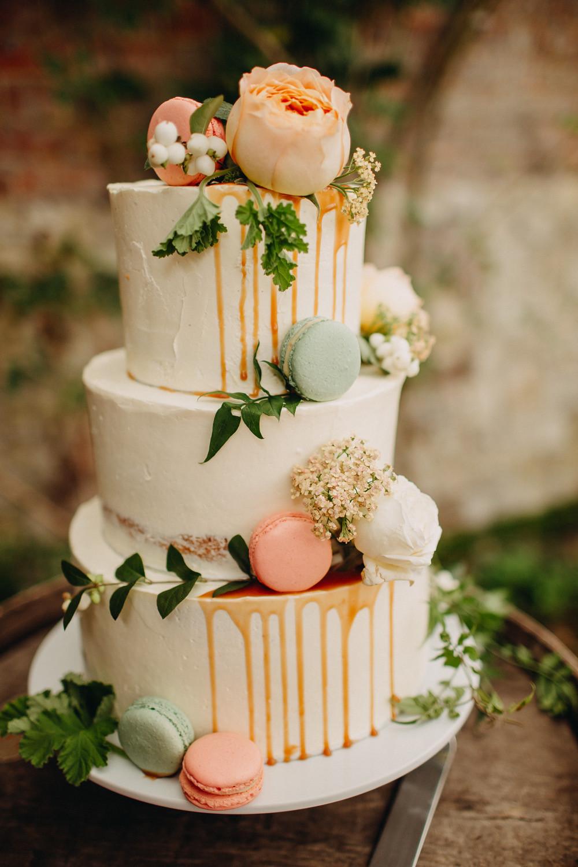 Layered wedding cake with pastel macaroons