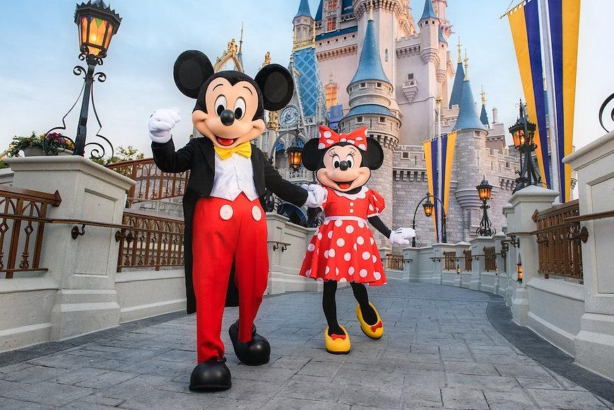 mickey-minnie-cinderella-castle.jpg