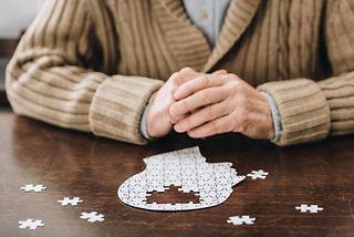 Person sitzt vor Puzzle