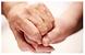Hände greifen ineinander