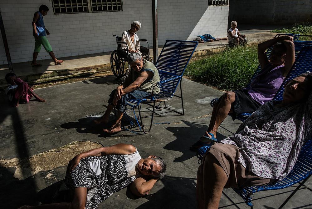 Kobiety spędzające czas na patio szpitala psychiatrycznego. El Pampero w Barquisimeto, Venezuela. Credit Meridith Kohut dla The New York Times