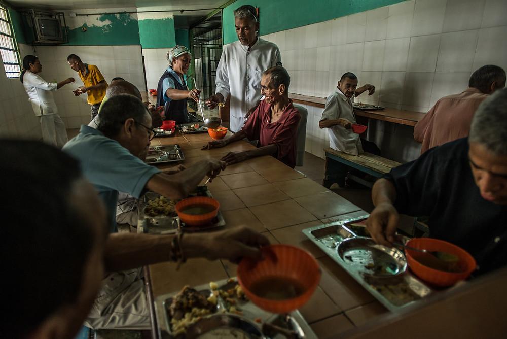 Czas posiłku w El Pampero. Z powodu braku pieniędzy personel musi prosić o dotacje w swoim wolnym czasie.  Meridith Kohut dla The New York Times