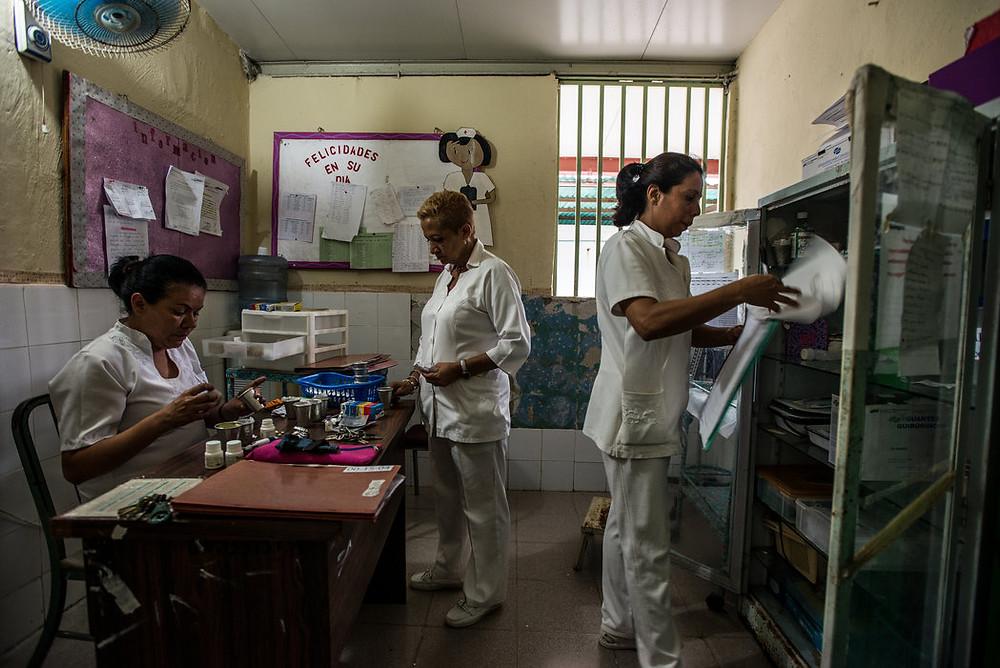 Pielęgniarki z El Pampero muszą racjonować leki i decydować, którzy pacjenci są w najcięższym stanie i najbardziej niebezpieczni. Meridith Kohut dla The New York Times