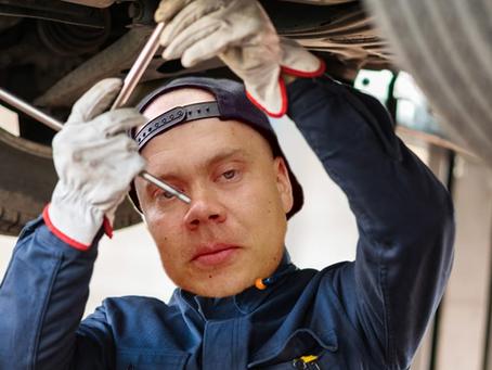 Ei ihan jokapäiväinen näky: Eesti Few-tähti ryhtyi mekaanikon hommiin Unkarissa