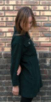 Veste en velours côtelé vert foncé avec de grandes poches militaires de la collection capsule de la nouvelle marque parisienne Victo.