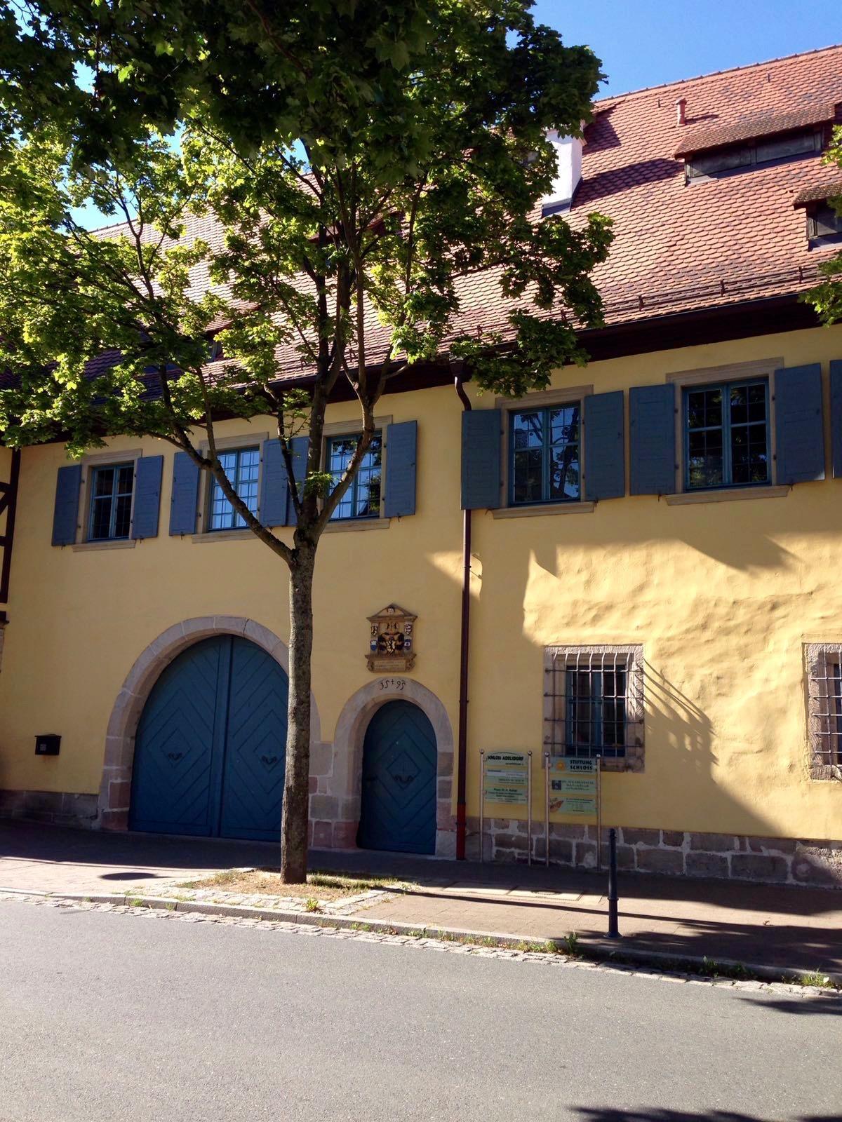 Straßenansicht Schloss Adelsdorf