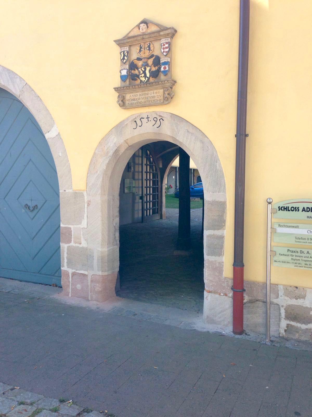 Eingang zum Schloss Adelsdorf