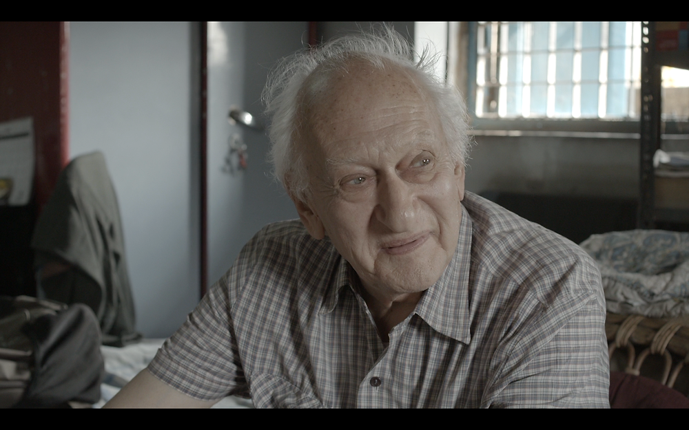 Jack Preger dans la chambre minuscule qu'il occupe sous les toits.à Calcutta.
