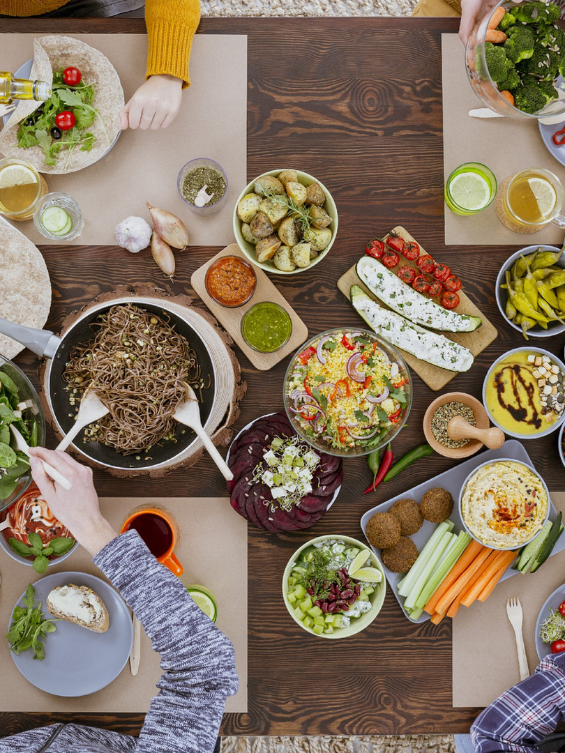 friends-dinner-in-the-restaurant-PRKVXRC