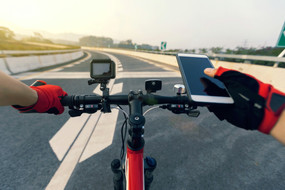 use-mobile-phone-while-riding-bike-on-hi
