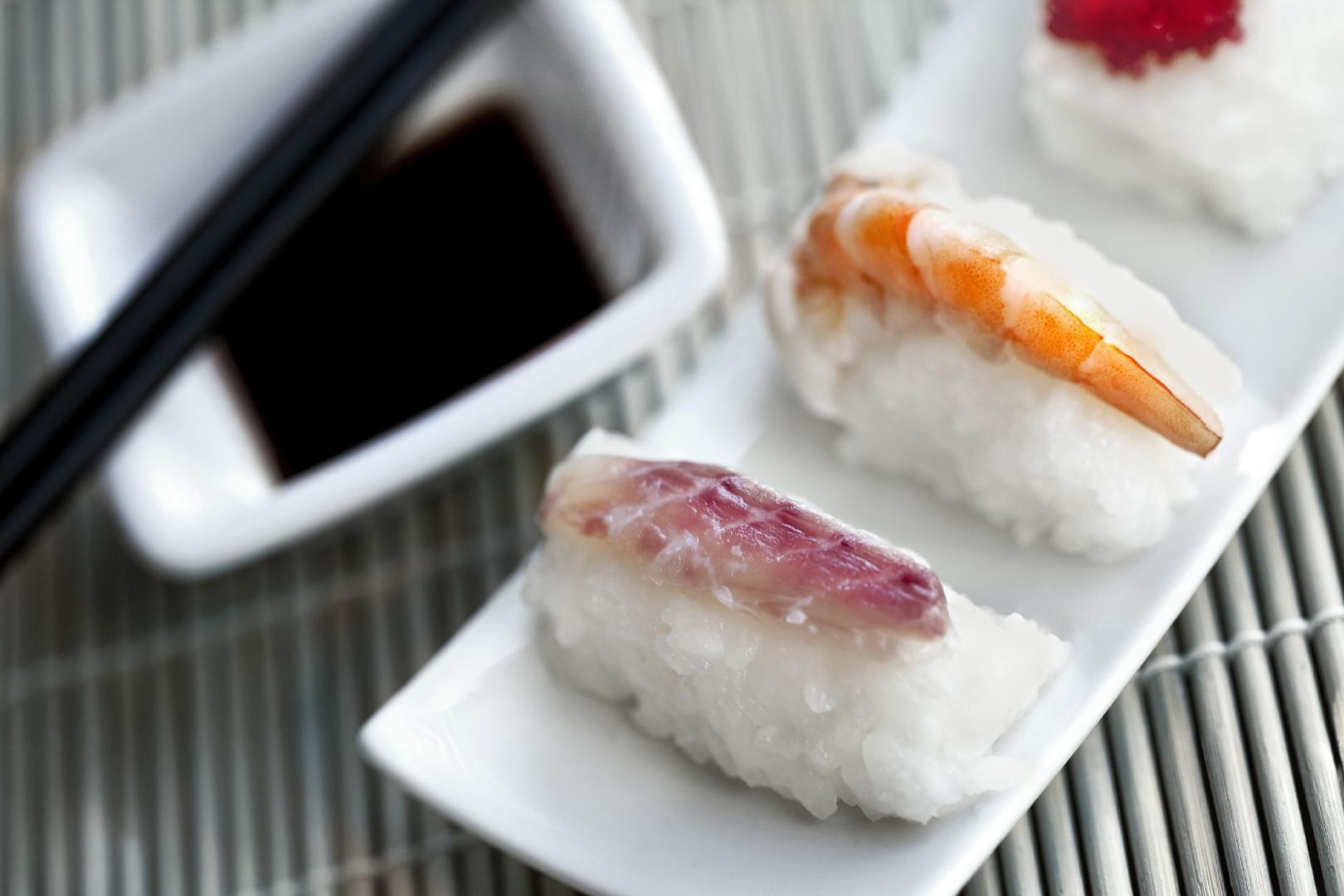 in-a-japanese-restaurant-XHG27CZ.jpg