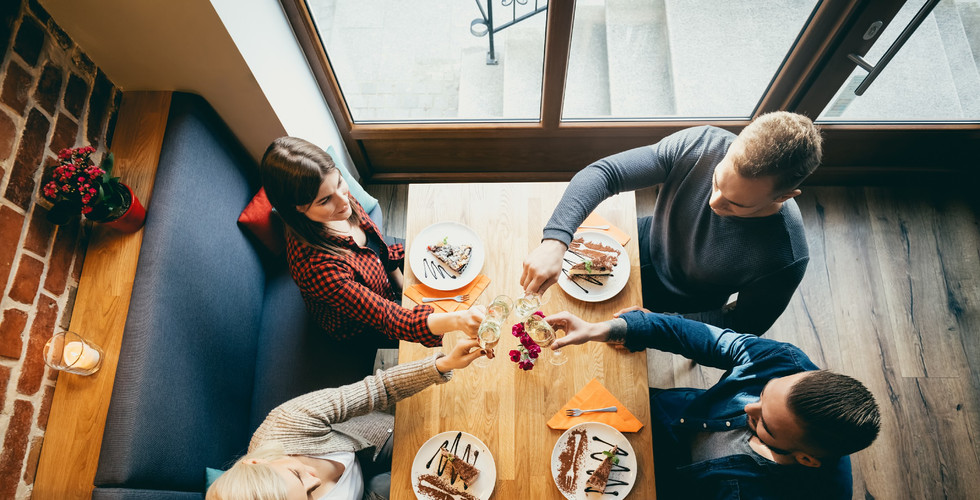 four-friends-toasting-in-a-restaurant-to