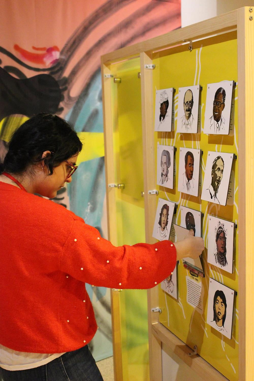 Dispositif « Qui est qui ? » de l'exposition « En quête d'égalité – Sur les traces du racisme »