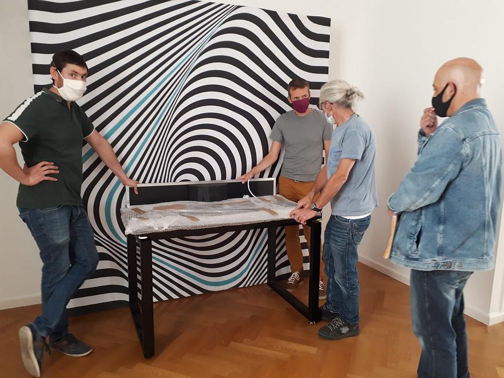 Montage de l'exposition « Illusions » avec l'équipe technique