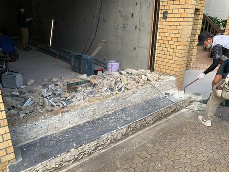 入り口付近のブロックを破壊していました、