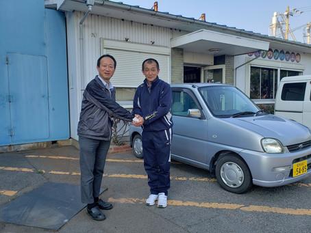後援会の金城副会長(金城産業(株)社長)よりグランド整備用に軽自動車をご提供いただきました。