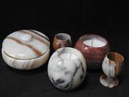 bougies dans des objets en pierre naturelle