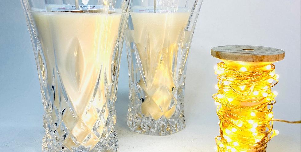Bougie coulée dans un élégant petit vase en verre travaillé