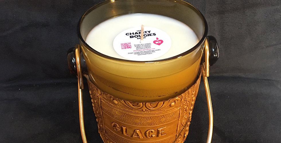 bougie coulée dans un seau à glaçons en verre ambré et ceinturé de cuir repoussé