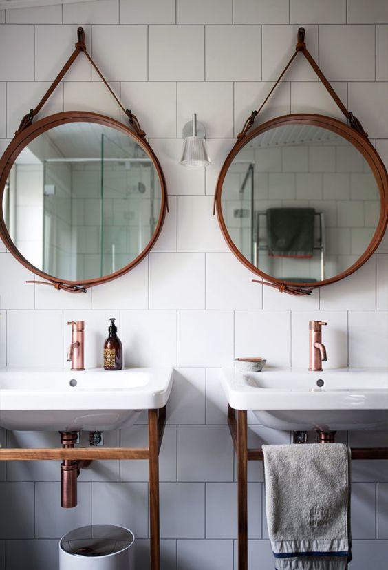 Flera speglar badrum