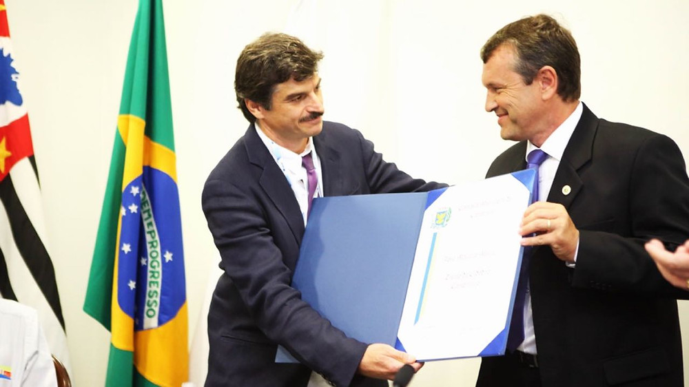 residente do Instituto do Rim de Campinas, Dr José Marcelo Morelli, recebe o título do vereador Jorge da Farmácia