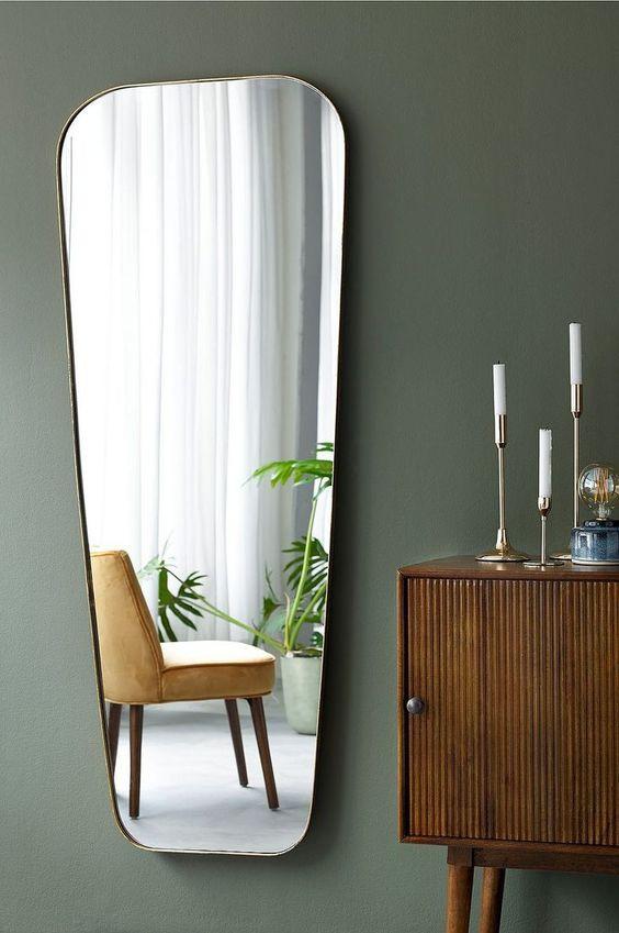 Spegel mot grön vägg