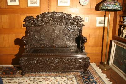 Geschnitzte Sitzbank