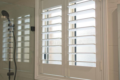 plantation-shutters-luxury-white-bathroom-226917756.jpg