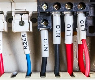 The use of heat shrink sleeves for the identification of electrical cables