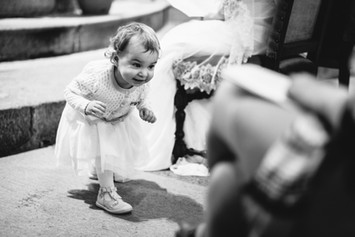 Enfant pendant la cérémonie religieuse