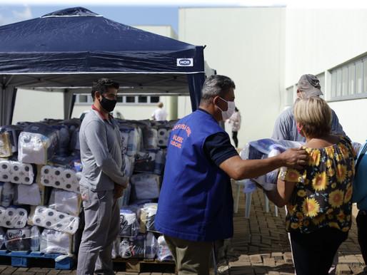 Famílias do Conjunto Riviera recebem cesta com produtos de higiene e limpeza
