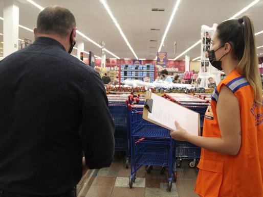 Equipes fiscalizam cumprimento de medidas preventivas nos supermercados de Cascavel