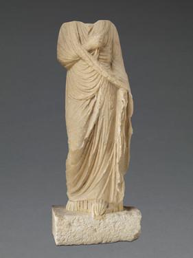Statue féminine drapée