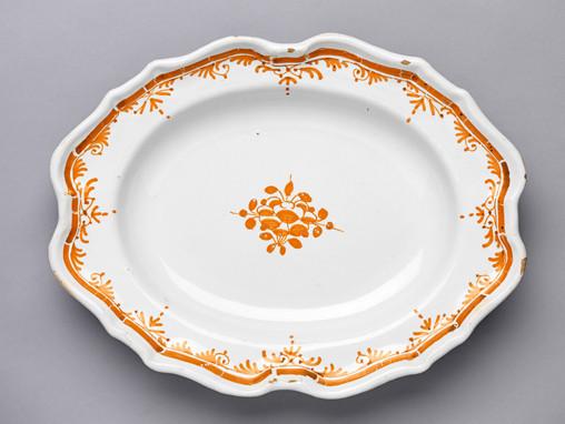Plat oblong à décor floral safran