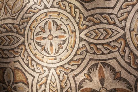 Fragment de mosaïque à décor géométrique et motif dit en « nœud de Salomon »