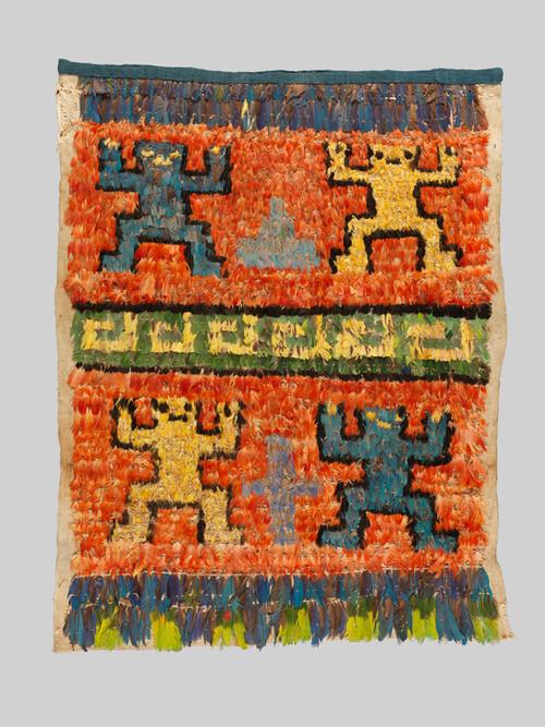 Devant d'Unku décoré de plumes
